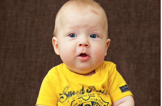 мальчик в желтом