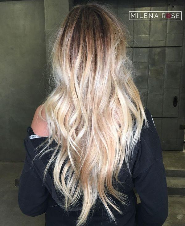 Многослойная взъерошенная блондинка с V-образным вырезом