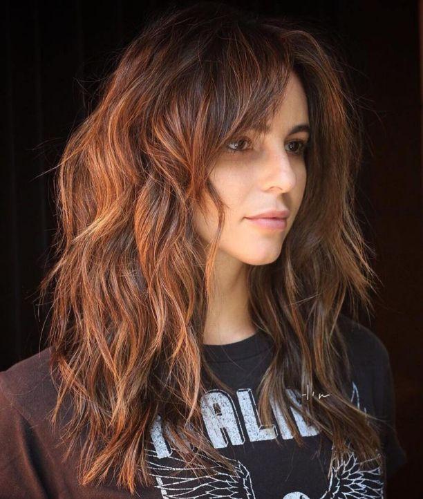 Многослойная медно-коричневая стрижка для густых волос