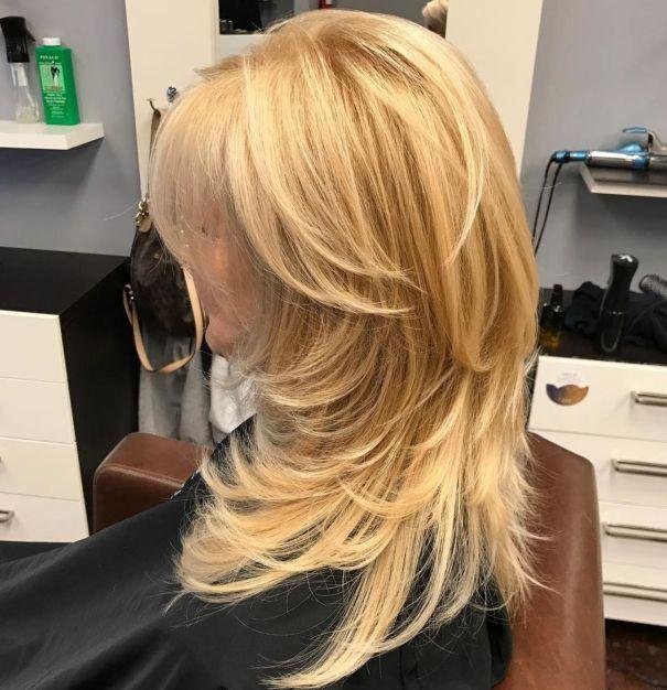 Прекрасная золотистая блондиночная стрижка со свупи-слоями