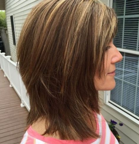 Рубленая стрижка средней длины для прямых волос