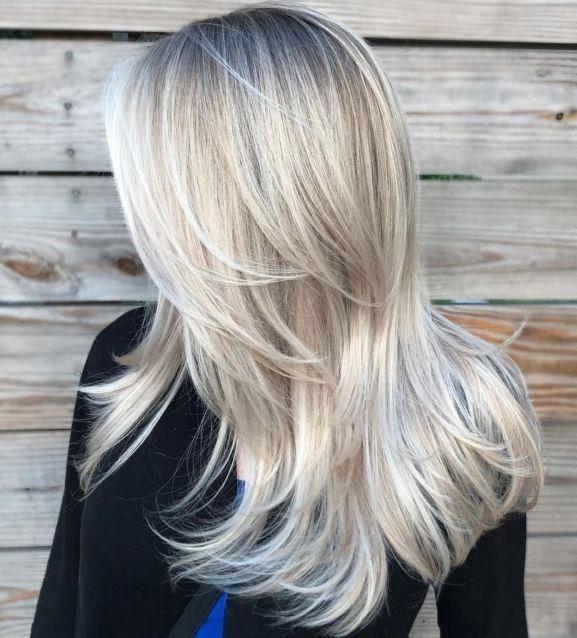 длинные слоистые белые светлые волосы