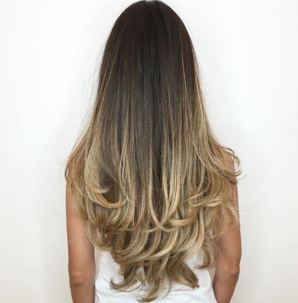 Длинные темные волосы со светлым контуром балаяжей.