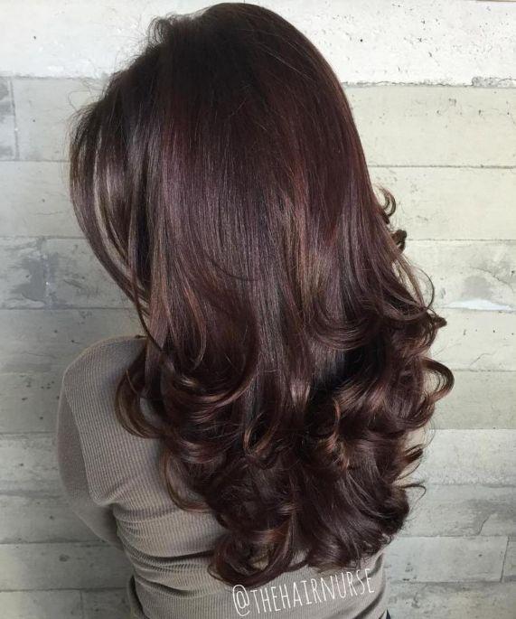 Длинные многослойные волосы брюнетки с завитыми кончиками