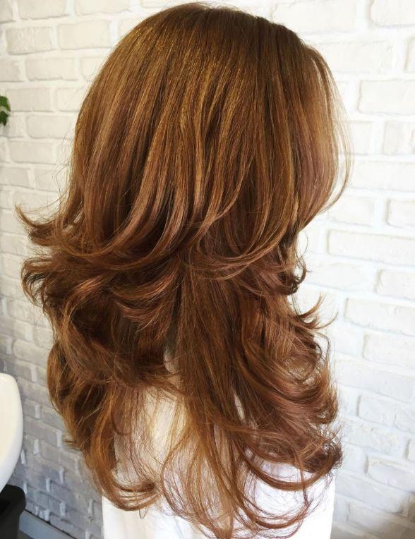 линная многослойная прическа для волнистых волос