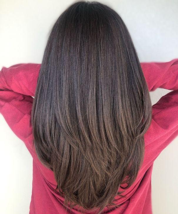 Брюнетка с V-образной стрижкой для густых прямых волос