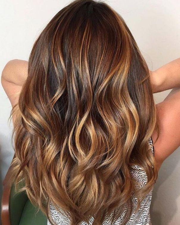 Каштановые волосы теплого тона с карамельным балаяжем