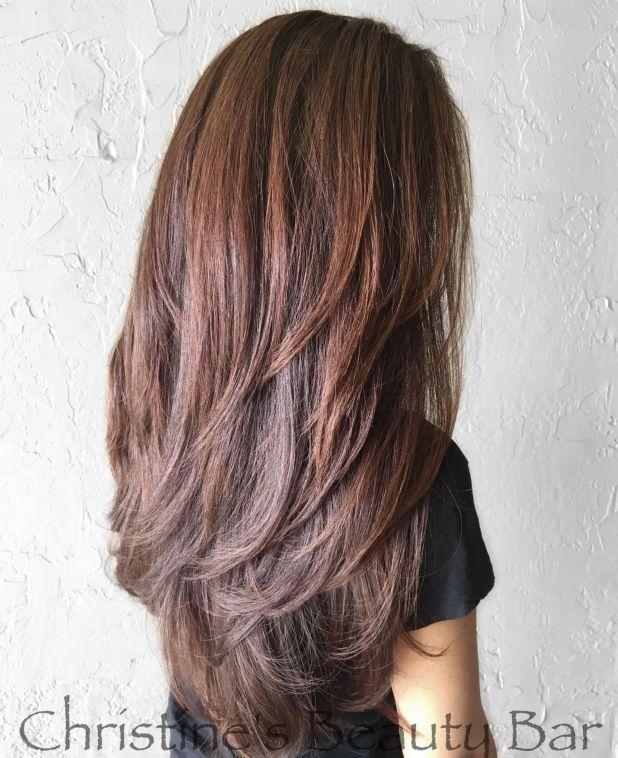 Красновато-коричневый стиль с длинными слоями с V-образным вырезом