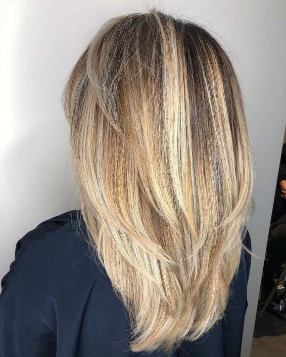 Слои с V-образным вырезом для прямых густых волос
