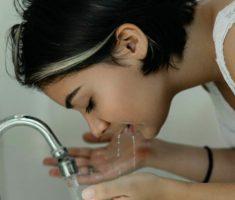 мыть лицо